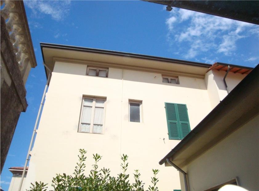 Lido di camaiore villa in vendita con giardino e garage for Software di piano di pavimento del garage