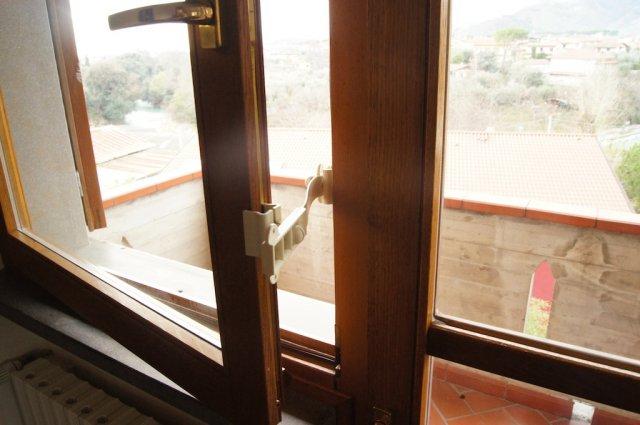 Ferma finestre clickcomp blocca porte e finestre - Finestra che si apre sul lato superiore ...